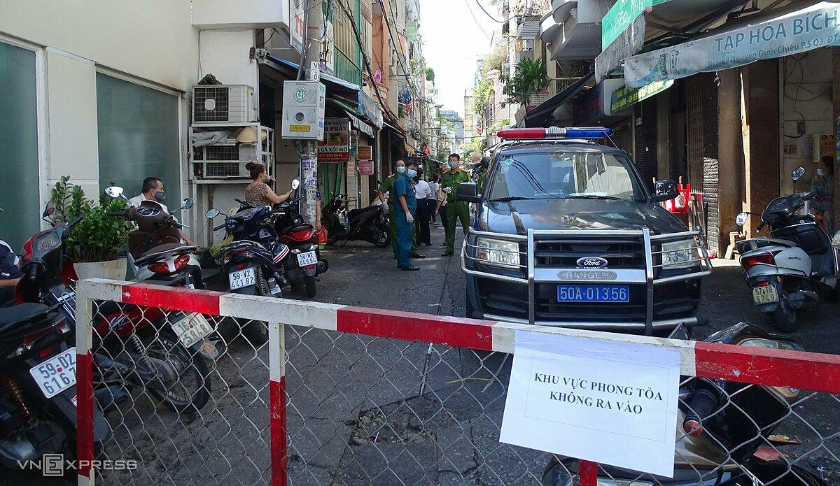 Hẻm 287 đường Nguyễn Đình Chiểu, quận 3, nơi sinh sống của ba ca nghi nhiễm Covid-19 bị phong toả, sáng 20/5. Ảnh: Hà An.