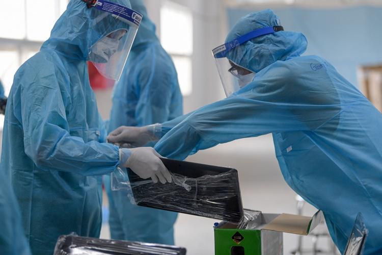 Nhân viên y tế lấy mẫu xét nghiệm cho công nhận khu công nghiệp. Ảnh: Giang Huy