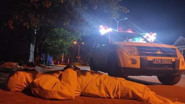 Công việc hàng ngày vất vả, các cán bộ y tế ngủ gục giữa đường. Ảnh: Bộ Y tế cung cấp