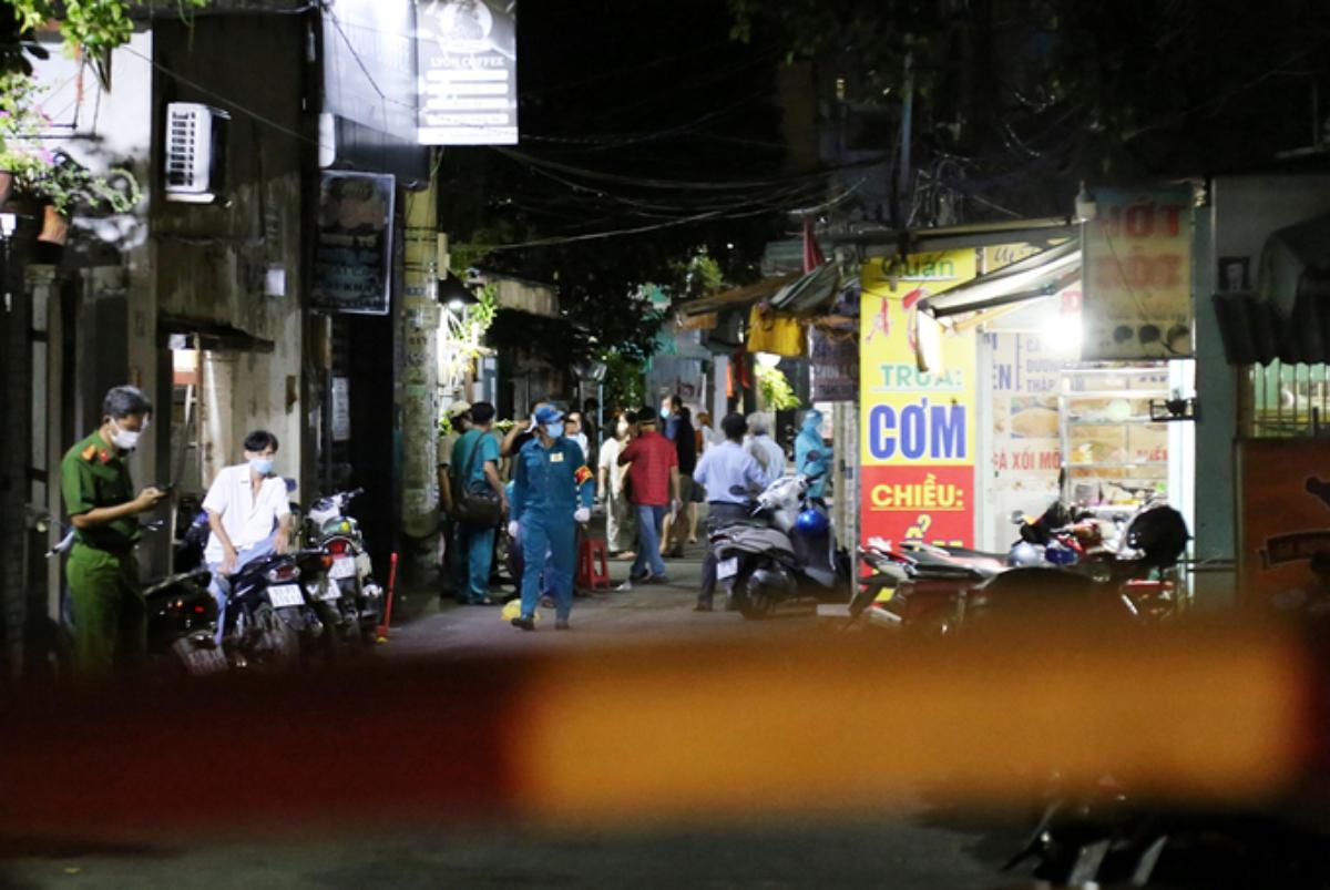 Hẻm 954, đường Quang Trung nơi gia đình người đàn ông 63 tuổi, nghi nhiễm bị phong toả để lấy mẫu xét nghiệm, điều tra truy vết, tối 20/5. Ảnh: Đình Văn.