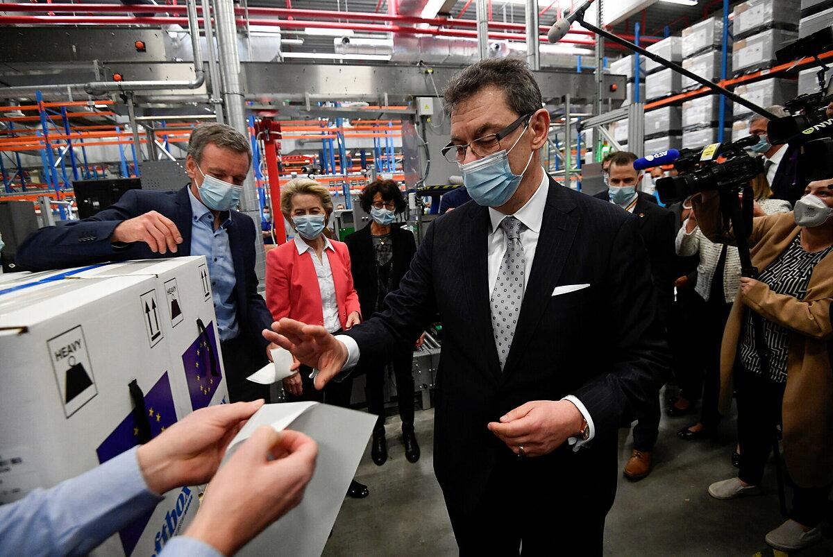 Albert Bourla, giám đốc điều hành Pfizer, trong chuyến thăm nhà máy vaccine ở Bỉ, tháng 4/2021. Ảnh: NY Times