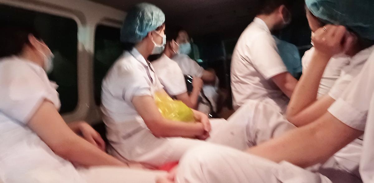Chuyến xe chở nhóm nhân viên y tế về Bệnh viện Sản Nhi Bắc Giang sau gần 20 tiếng làm việc liên tục. Ảnh: Bác sĩ cung cấp