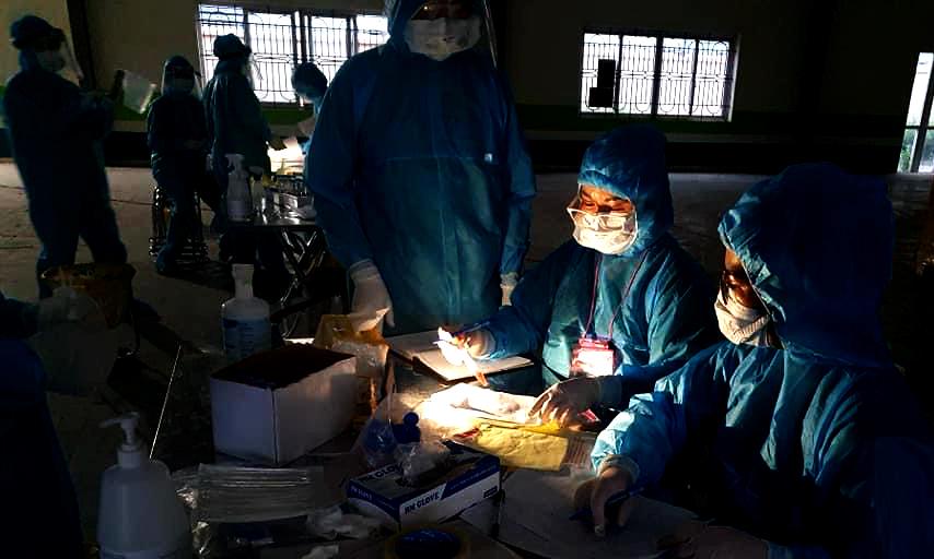 Đêm đầu tiên, các y bác sĩ Bệnh viện Việt Nam - Thuỵ Điển Uông Bí đã thần tốc lấy 11.000 mẫu xét nghiệm trong 9h liên tục. Ảnh: Bác sĩ cung cấp