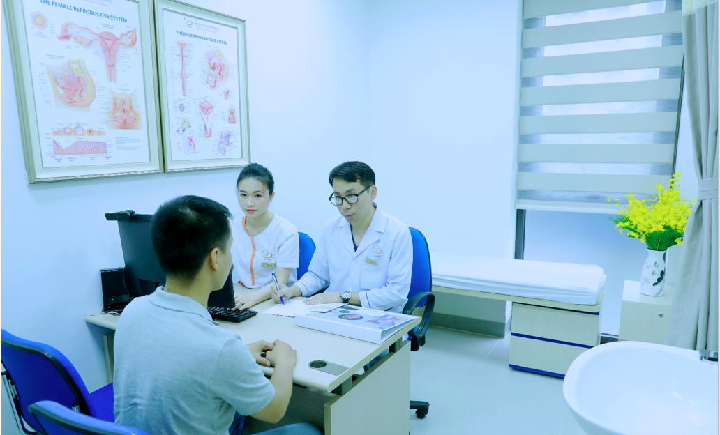 Bác sĩ tư vấn sức khoẻ sinh sản cho một nam bệnh nhân. Ảnh: Minh Thư.