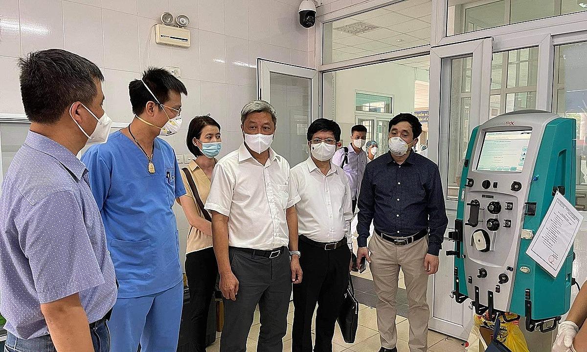 Thứ trưởng Sơn kiểm tra phòng ICU tại Bệnh viện Phổi Bắc Giang. Ảnh: Hoàng Dương.