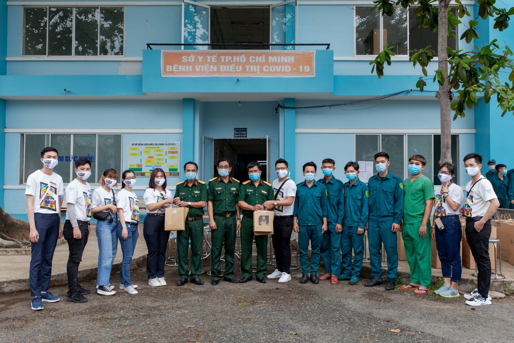 Chị Trần Hoàng Phú Xuân và Đại diện Faslink tặng 100 phần quà chokhu cách ly Nhà Bè.