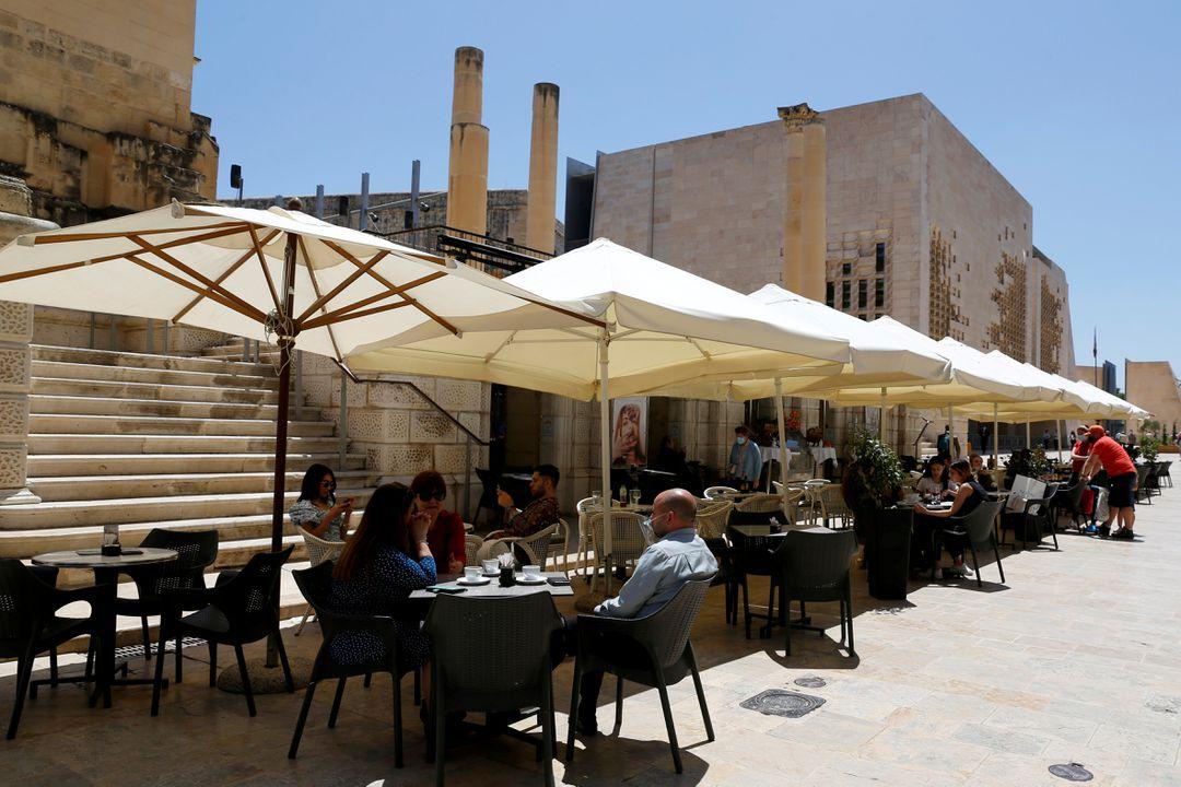 Thực khách tại nhà hàng ngoài trời ở Valletta, Malta, ngày 10/5. Ảnh: Reuters.