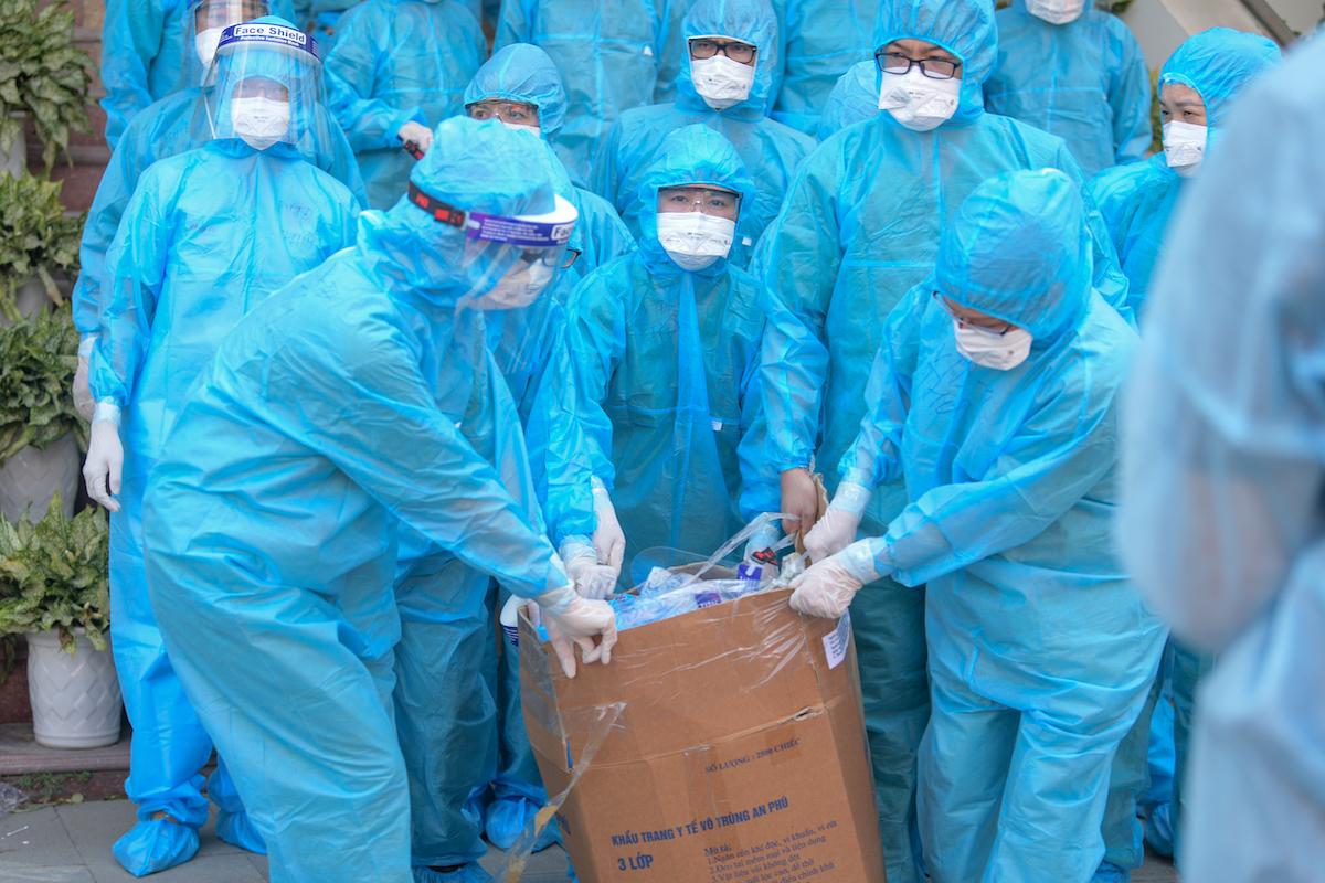 Nhân viên y tế lấy mẫu xét nghiệm công nhân KCN Quang Châu, huyện Việt Yên, Bắc Giang, ngày 15/5/2021. Ảnh: Giang Huy/VnExpress