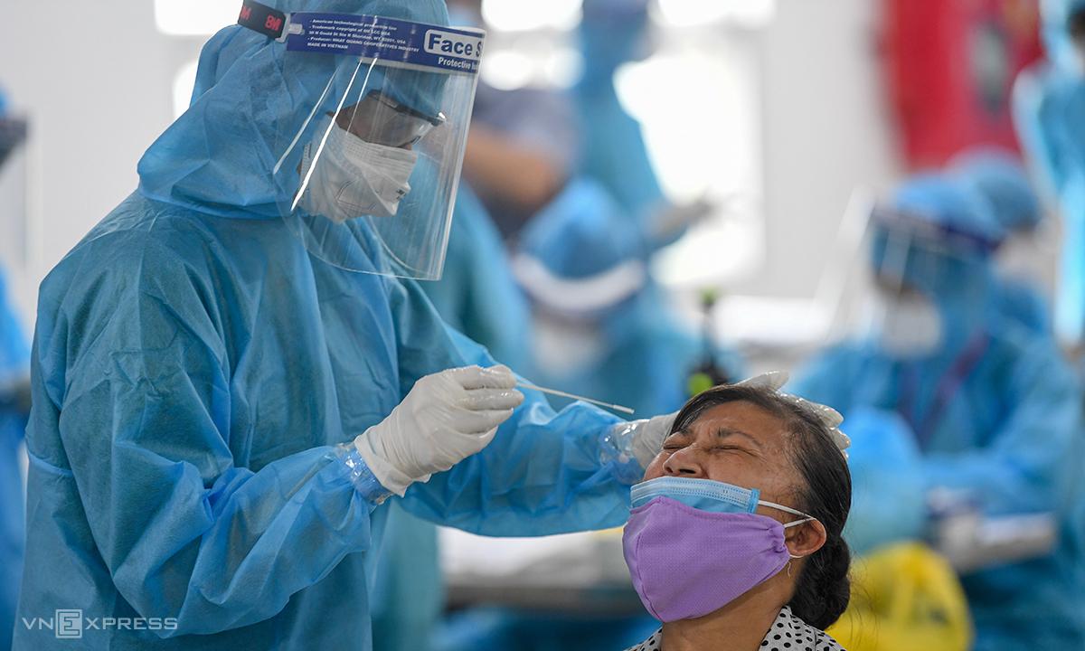 Nhân viên y tế lấy mẫu xét nghiệm cho công nhân tại Bắc Giang. Ảnh: Giang Huy