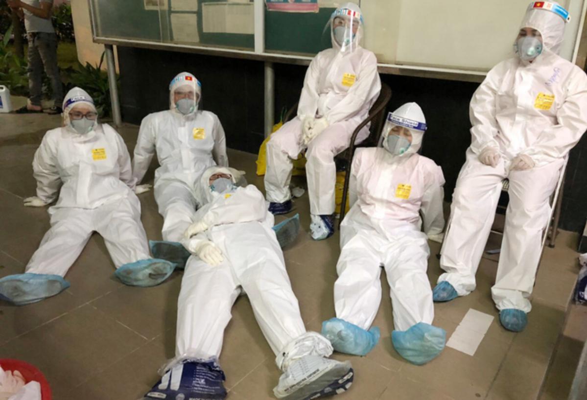 Nhân viên y tế huyện Tiên Du, Bắc Ninh tranh thủ ngả lưng sau đêm trắng 13/5 lấy mẫu cho công nhân ở huyện Yên Phong. Ảnh:Nhân viên y tế cung cấp.