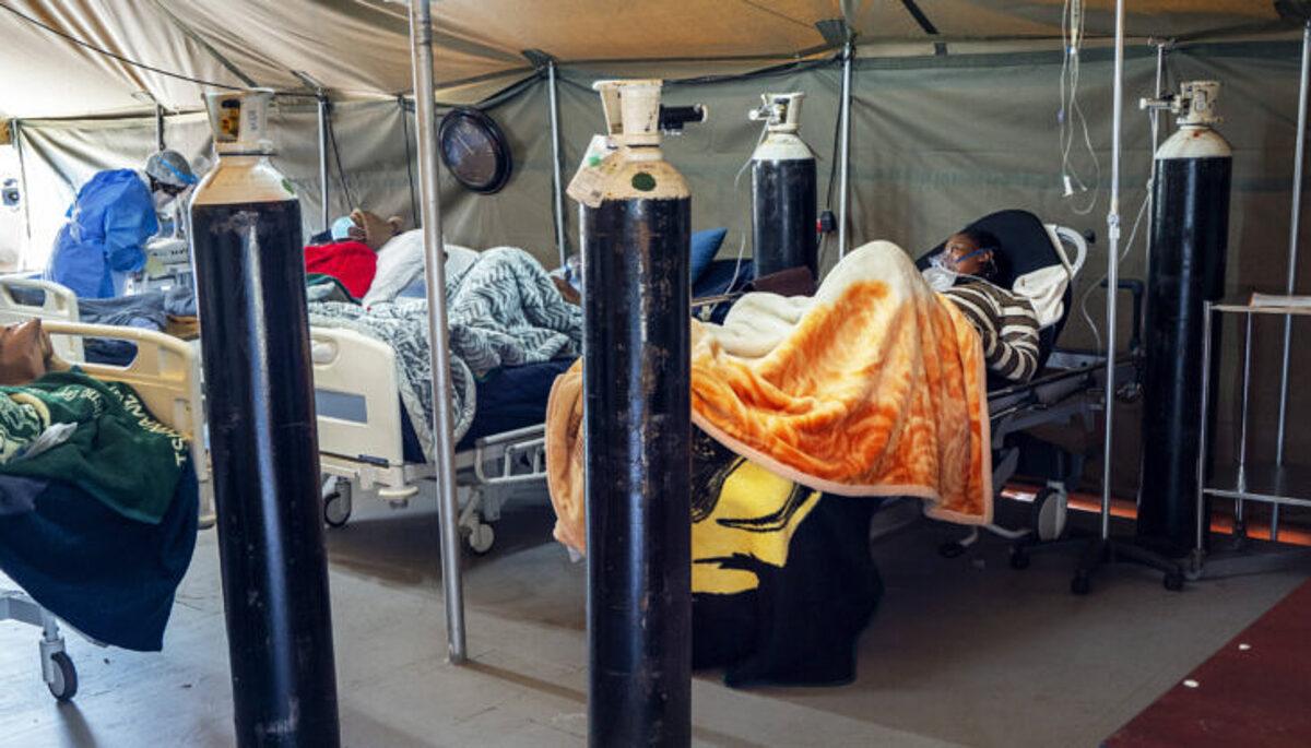Bệnh nhân Covid-19 được thở oxy tại Bệnh viện Quận Tshwane ở Pretoria, Nam Phi. Ảnh: AP