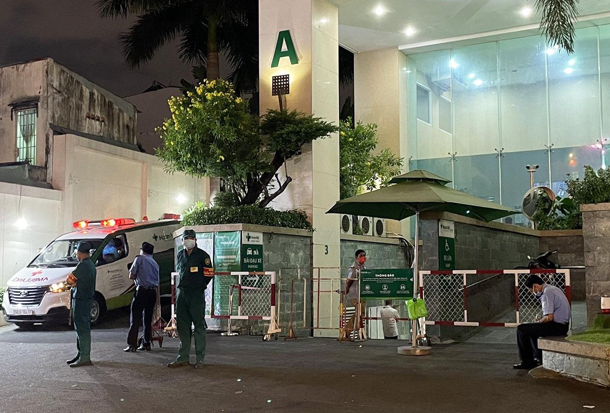 Lực lượng chức năng khoanh vùng phong tỏa Bệnh viện Hoàn Mỹ Sài Gòn do liên quan ca nghi nhiễm, tối 27/5. Ảnh: Mỹ Lê.