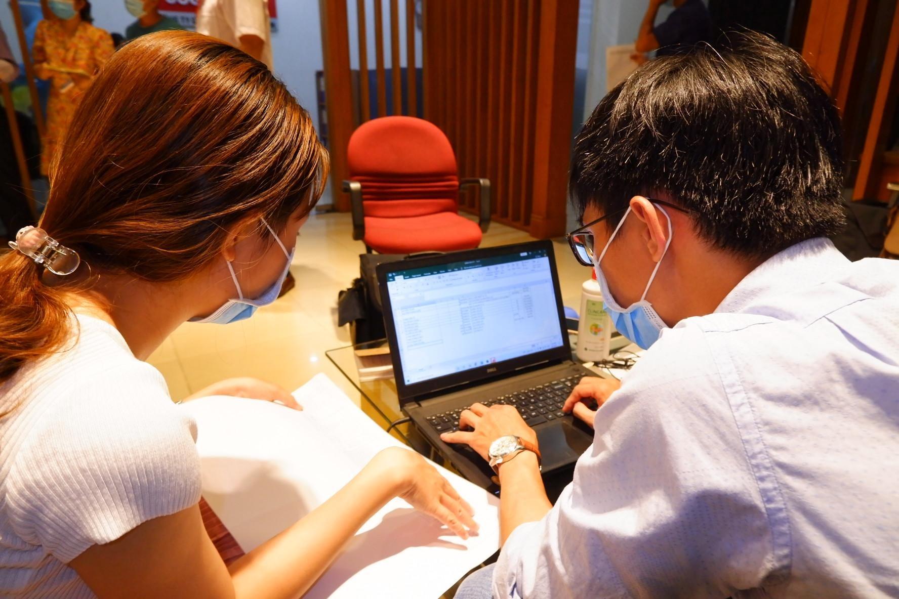 Nhân viên y tế truy vết người tiếp xúc ca nghi nhiễm liên quan Hội thánh Truyền giáo Phục hưng, tối 26/7. Ảnh: HCDC.