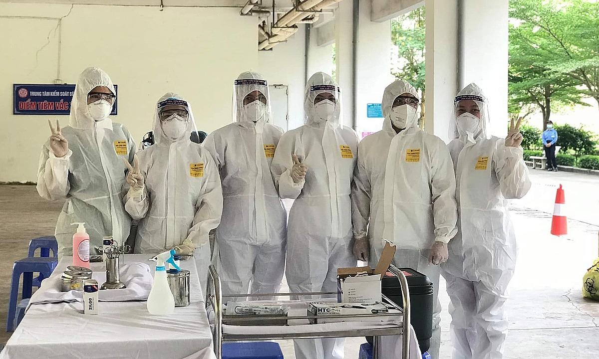 Các nhân viên y tế hỗ trợ Bắc Giang tiêm chủng bộc lộ quyết tâm quyết thắng dịch bệnh. Ảnh: Ngọc Mai.