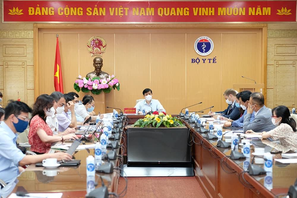 Bộ trưởng Nguyễn Thanh Long họp về cung ứng vaccine phòng Covid-19 cho Việt Nam, ngày 28/5. Ảnh: Trần Minh.