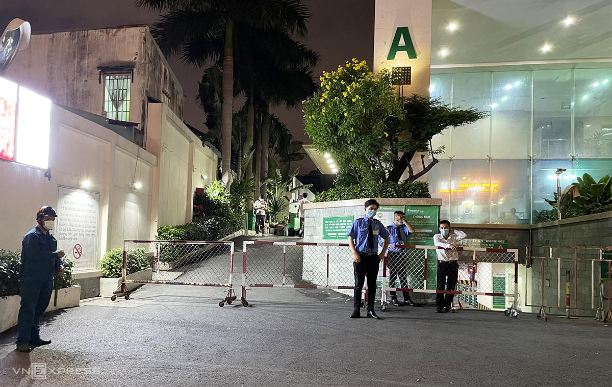 [Caption]Lực lượng chức năng khoanh vùng phong tỏa Bệnh viện Hoàn Mỹ Sài Gòn do liên quan ca nghi nhiễm, tối 27/5. Ảnh: Mỹ Lê.