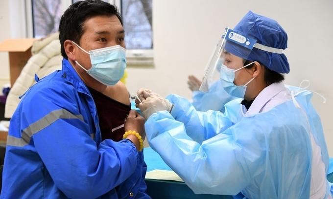 Nhân viên y tế tiêm vaccine Covid-19 cho người dân tại quận Hải Điền, Bắc Kinh, hồi tháng 1. Ảnh:Xinhua.