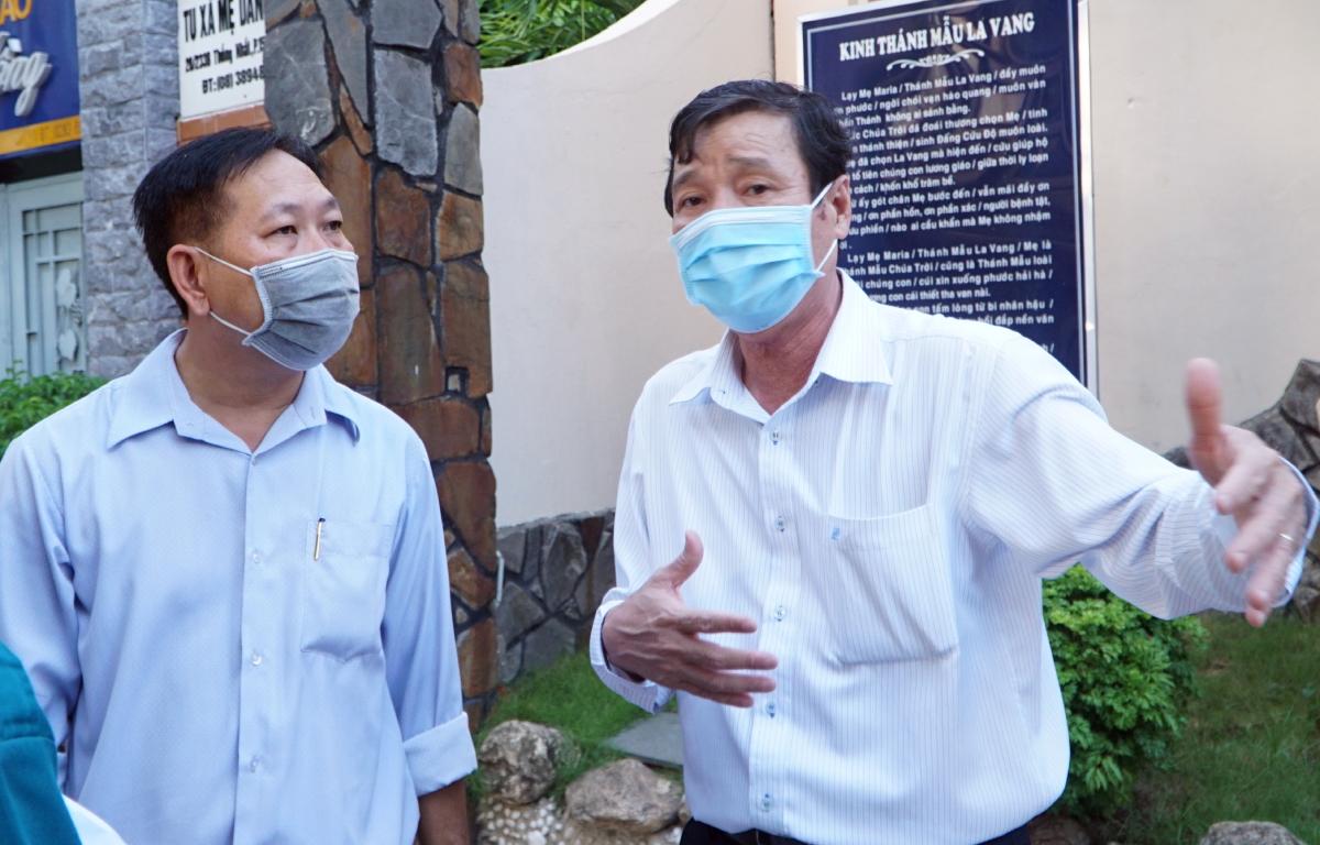 Bác sĩ Nguyễn Hữu Hưng, phó giám đốc Sở Y tế (bìa phải) và ông Đặng Công Tuấn, phó chủ tịch UBND phường 15 tại điểm lấy mẫu nhà thờ Tử Đình, sát con hẻm có hai ca Covid-19 đang phong toả, chiều 28/5. Ảnh: Thư Anh.