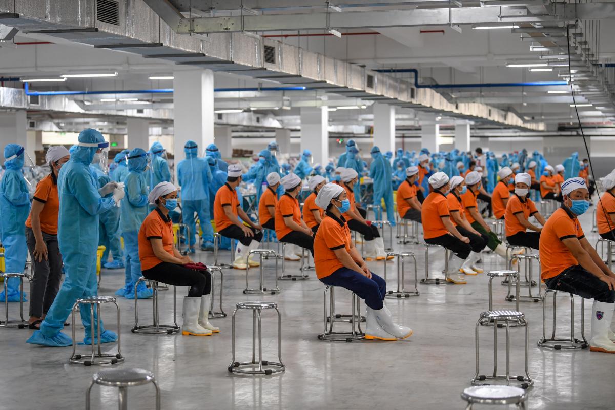 Nhân viên y tế lấy mẫu xét nghiệm công nhân KCN Quang Châu, huyện Việt Yên, Bắc Giang, ngày 15/5. Ảnh: Giang Huy.