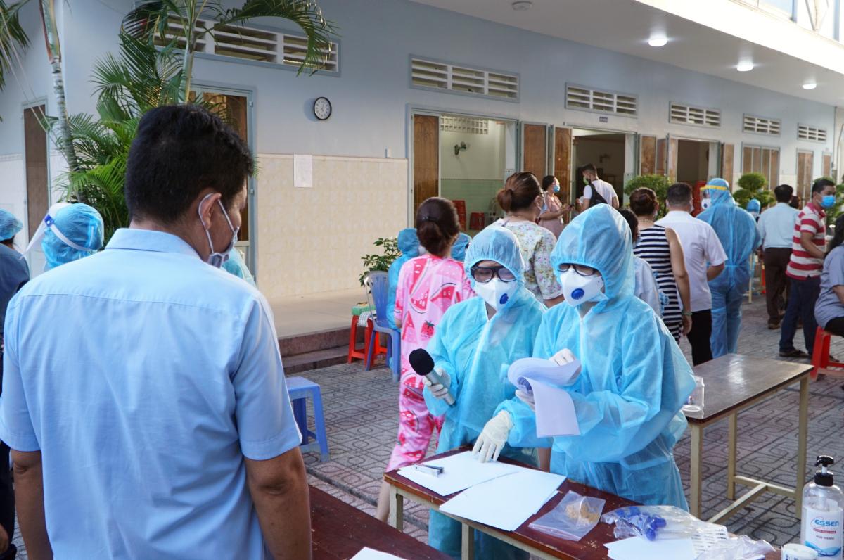 50.000 người dân phường 15, quận Gò Vấp phải lấy mẫu tầm soát, xét nghiệm trên diện rộng do phường 15 có hai ca Covid-19 và 5 mẫu gộp nghi nhiễm. Ảnh: Thư Anh.