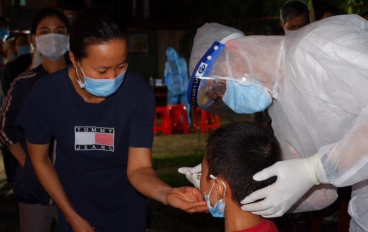 lấy hàng chục ngàn mẫu xét nghiệm cho toàn dân phường 9, quận Gò Vấp, đêm 29/5. Ảnh: Trung tâm Kiểm soát Bệnh tật TP HCM.TP. Hồ Chí Minh