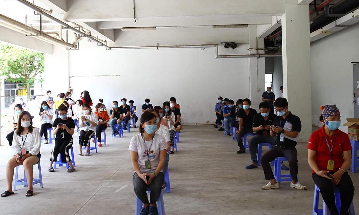 Công nhân Bắc Giang xếp hàng để tiêm vaccine Covid-19. Ảnh: Ngọc Mai.