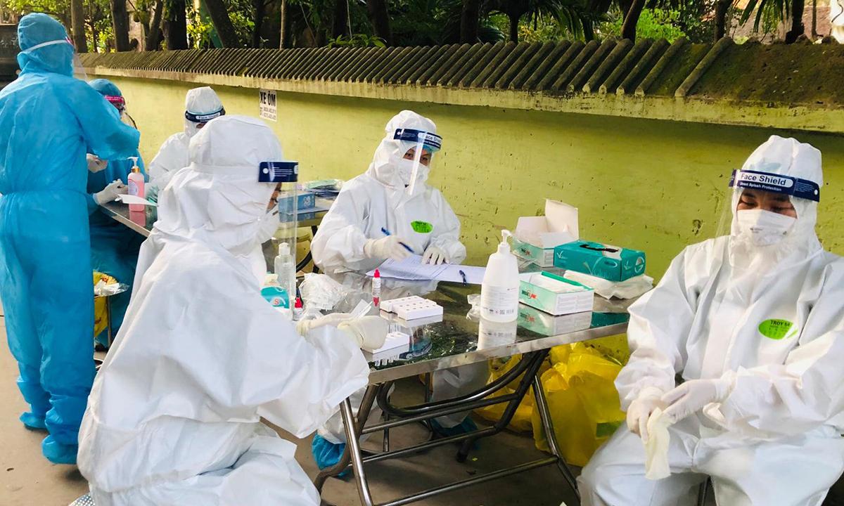 Nhân viên y tế Bệnh viện Việt Nam Thuỵ Điển Uông Bí đang tiến hành test nhanh cho người dân ở Bắc Giang. Ảnh: Bệnh viện cung cấp