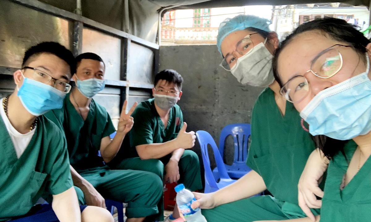 Bác sĩ Hằng ( ngồi đầu tiên) cùng mọi người ngồi trên xe tải đi về nơi trú quân. Ảnh: Bác sĩ cung cấp