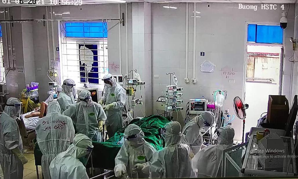 Các y bác sĩ Bệnh viện Chợ Rẫy đặt ECMO cho bệnh nhân 61 tuổi sáng 1/6. Ảnh chụp từ màn hình.
