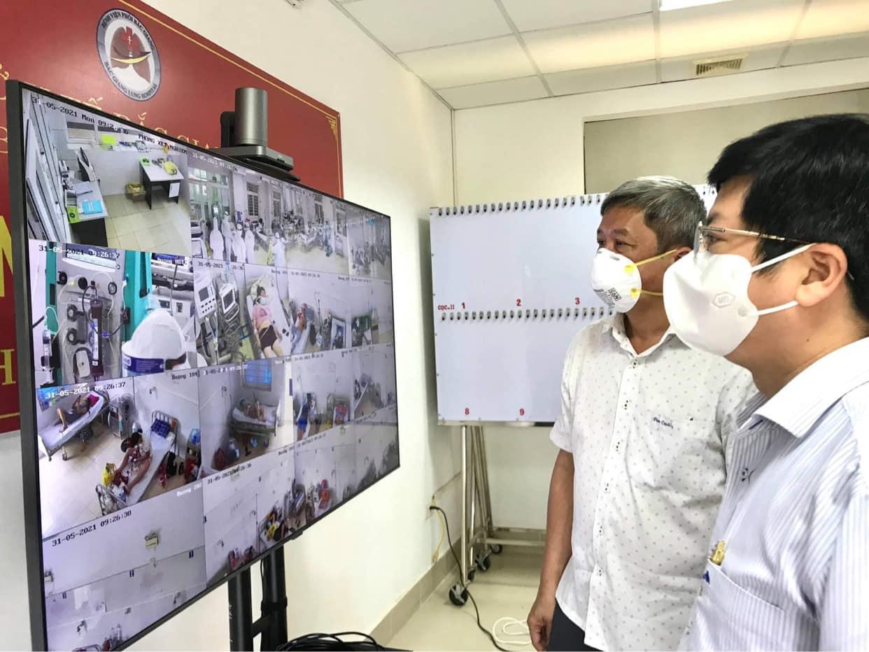 Thứ trưởng Nguyễn Trường Sơn theo dõi ca bệnh nặng tại Bệnh viện Phổi Bắc Giang. Ảnh: Ngọc Mai.