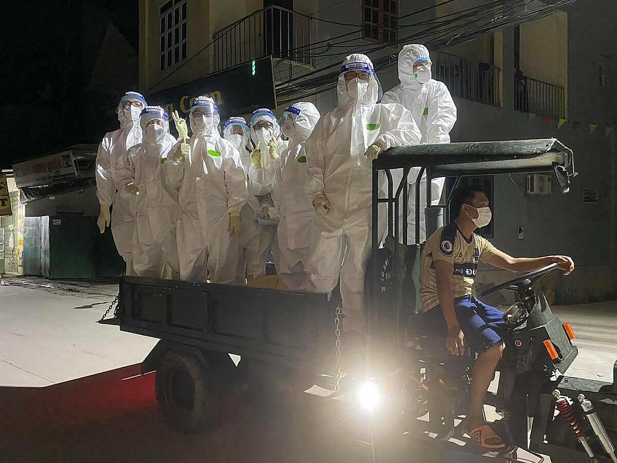 Thỉnh thoảng, đoàn được người dân hỗ trợ chở đến nơi lấy mẫu bằng xe ba gác. Ảnh: Nhân vật cung cấp