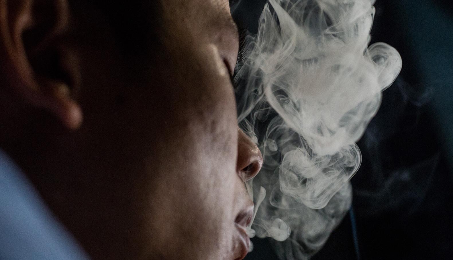 Hút thuốc lá và hít phải khói thuốc lá đều nguy hại đến sức khỏe. Ảnh: Thành Nguyễn.