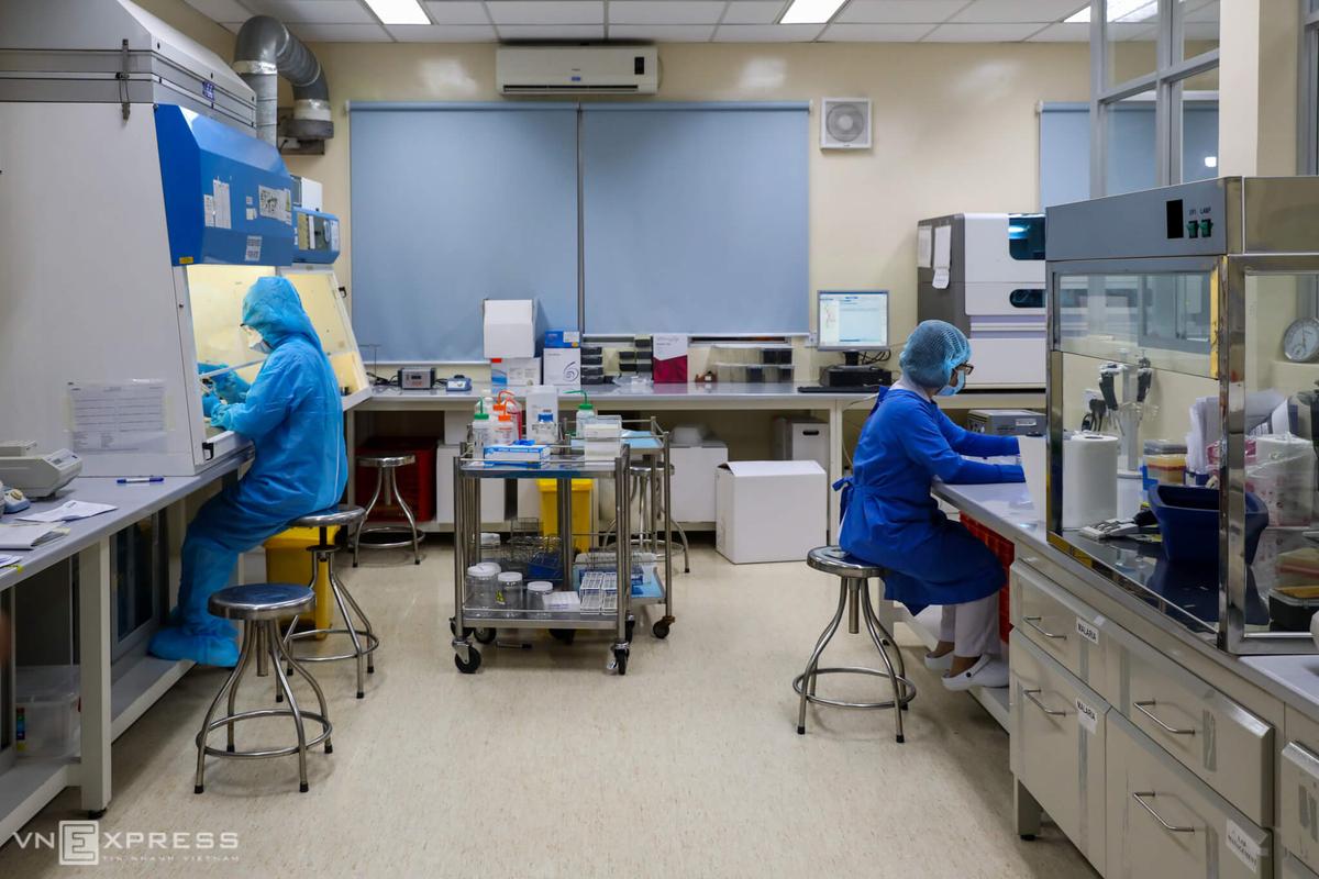 Xét nghiệm nCoV bằng phương pháp RT-PCR tại Bệnh viện Bệnh Nhiệt đới TP HCM. Ảnh: Quỳnh Trần.