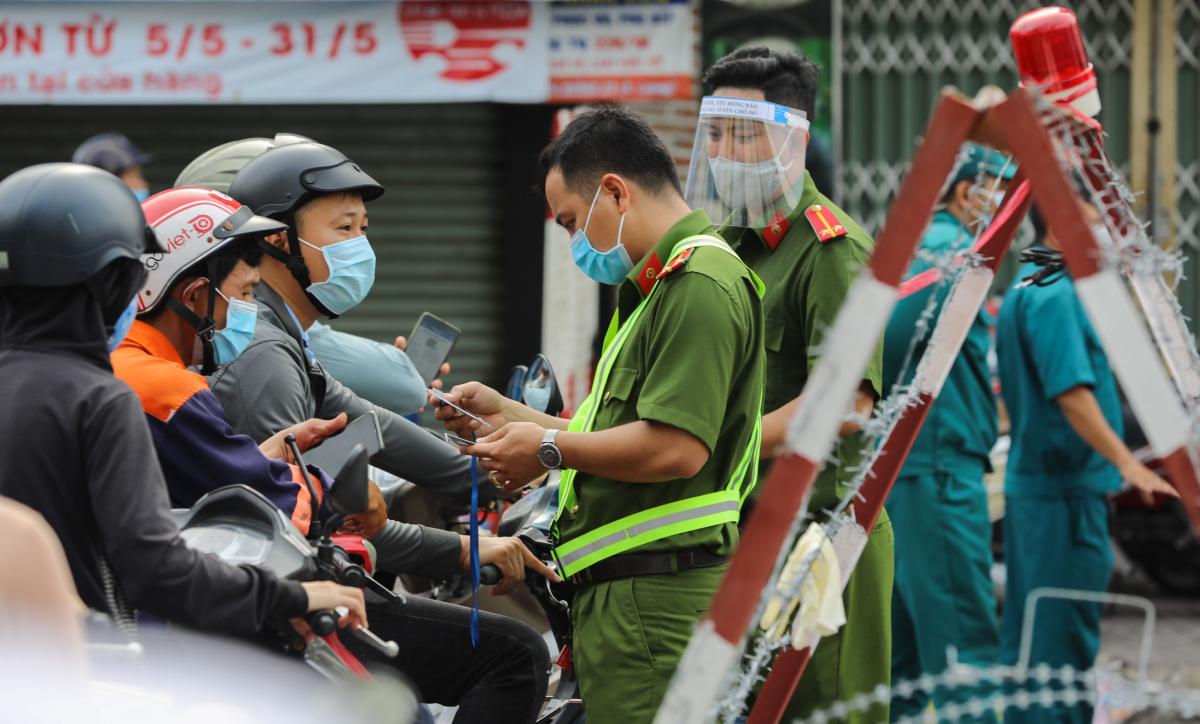 Từ 0h ngày 31/5, toàn quận Gò Vấp phải phong toả theo Chỉ thị 16 vì có nhiều ca nhiễm và khu vực liên quan đến chuỗi lây nhóm Truyền giáo Phục hưng. Ảnh: Quỳnh Trần.