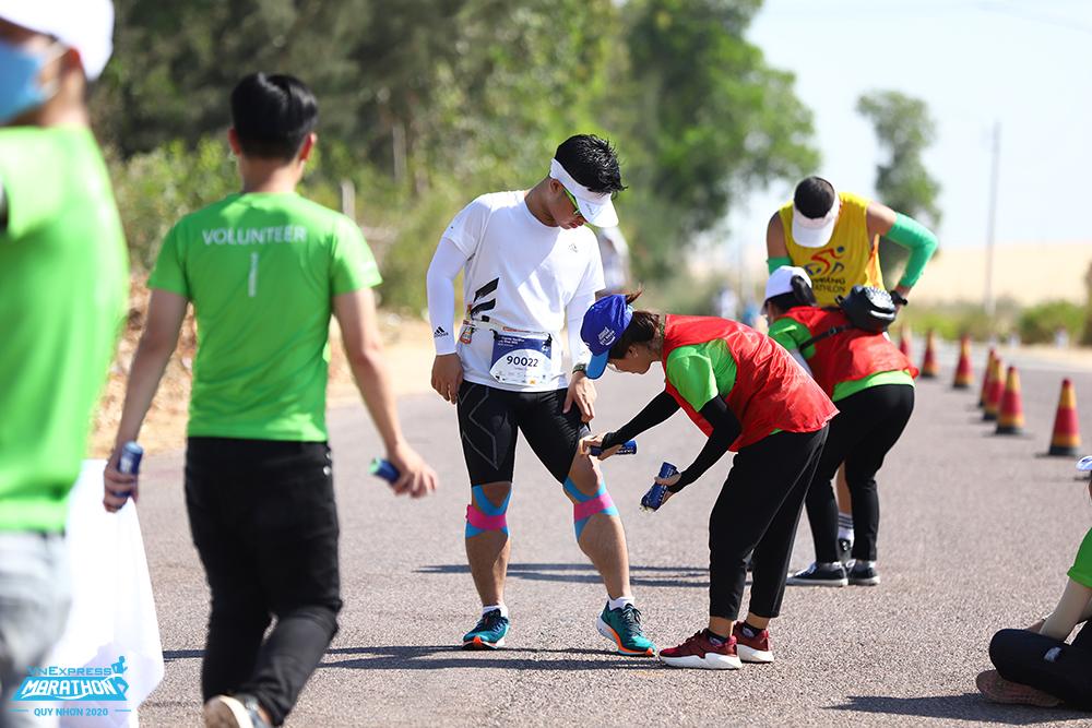 Runner nhờ sự hỗ trợ của y tế trên đường chạy VM Quy Nhơn 2020. Ảnh: VnExpress Marathon.