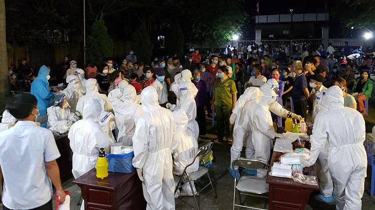 Hàng chục nhân viên y tế về xã Mão Điền để lấy mẫu cho người dân trong đêm. Ảnh:CTV