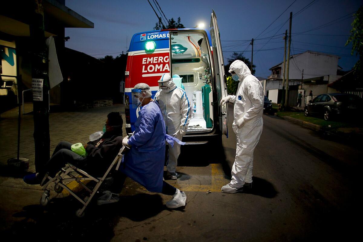 Bệnh nhân Argentine được đưa vào điều trị Covid-19. Ảnh: AP
