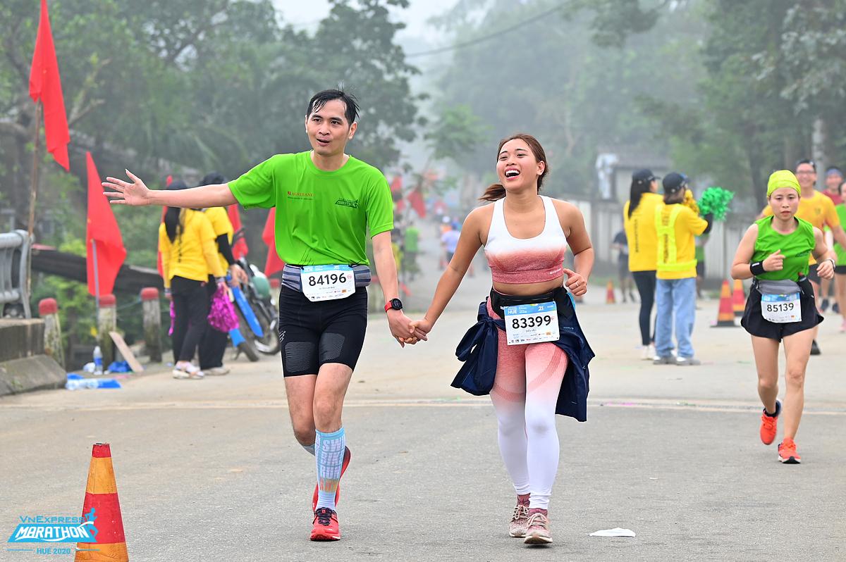Hai runner trên đường chạy VM Huế 2020. Ảnh: VnExpress Marathon.