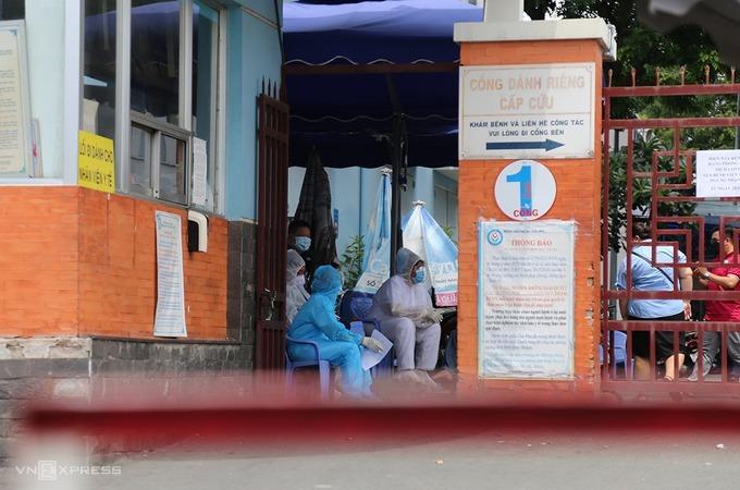 Bệnh viện Tân Phú hạn chế người ra vào, trưa 28/5. Ảnh: Đình Văn.