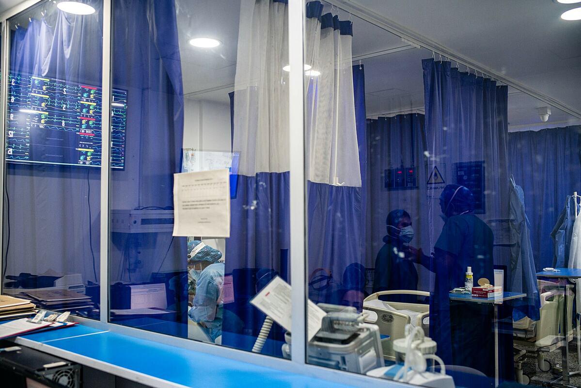 Bác sĩ làm việc tại khu hồi sức tích cực của một bệnh viện tại Bogotá, Colombia, tháng 5/2021. Ảnh: NY Times
