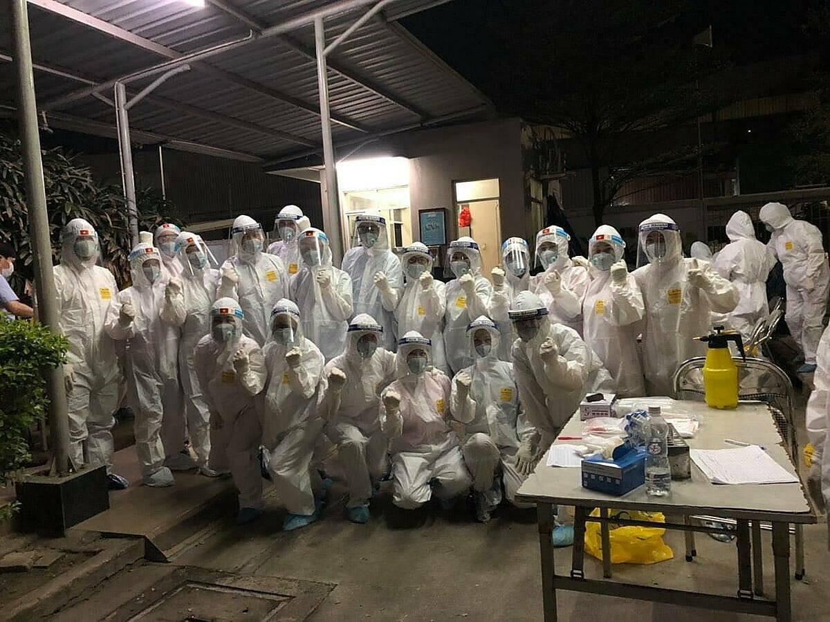 Nhân viên y tế huyện Tiên Du tham gia lấy mẫu cho người dân. Ảnh: Bệnh viện cung cấp