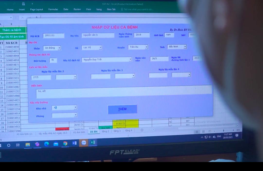 Bác sĩ Dưỡng bắt tay vào thiết kế phần mềm từ 8h ngày 19 đến 2h sáng hôm sau, hiện vẫn tiếp tục hoàn thiện. Ảnh: Tuấn Dũng