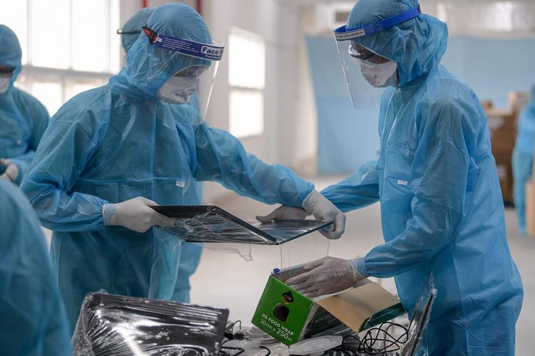 Lấy mẫu xét nghiệm công nhân khu công nghiệp Bắc Giang. Ảnh: Giang Huy