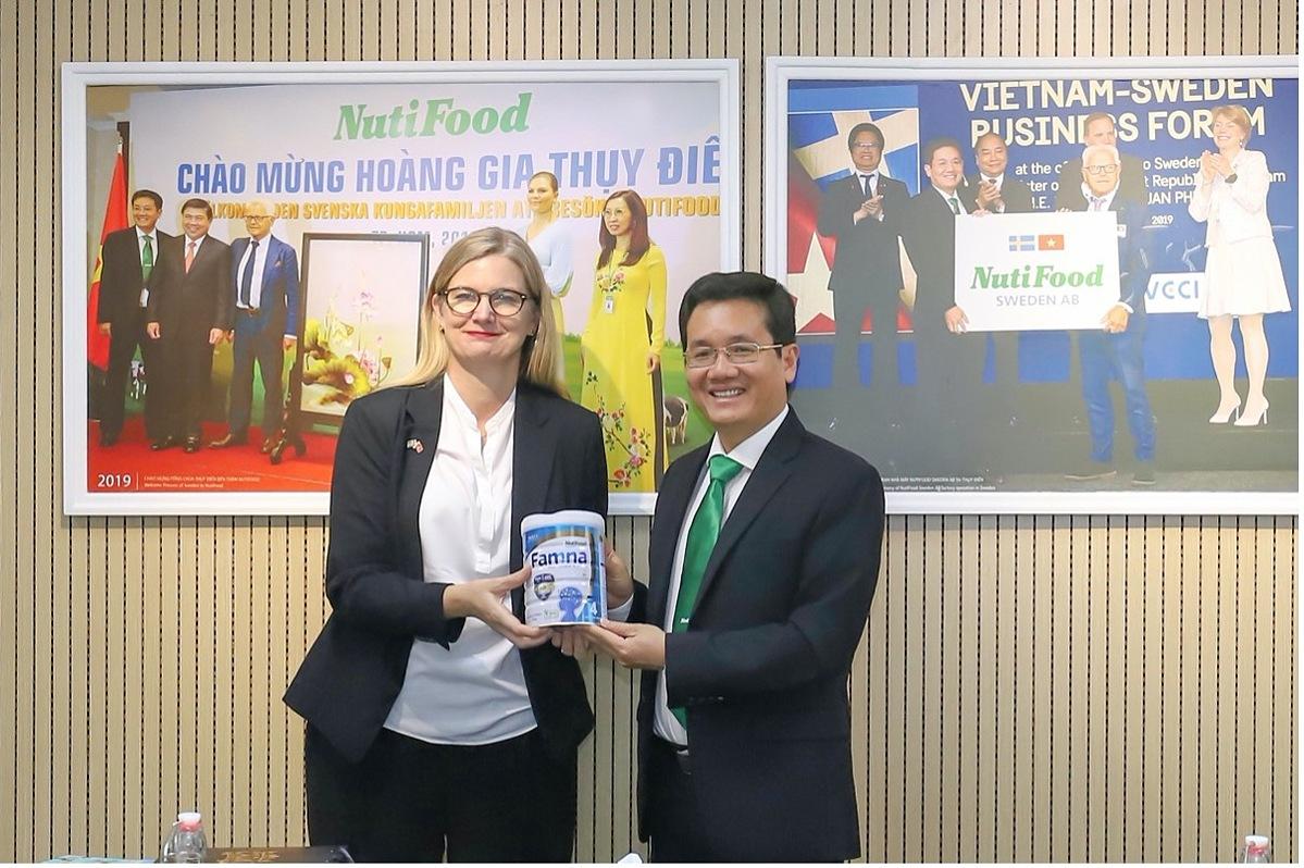 Bà Ann Måwe và ông Trần Thanh Hải, Chủ tịch HĐQT Nutifood trao đổi về Famna - tinh hoa dinh dưỡng Thuỵ Điển, đặc chế cho trẻ em Việt. XIN TÊN NGƯỜI CHỤP
