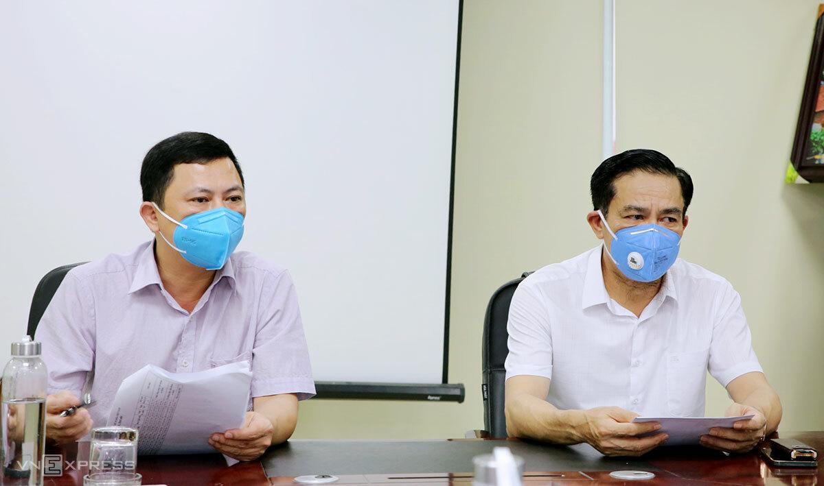 Chủ tịch UBND tỉnh Hà Tĩnh Võ Trọng Hải (góc phải) và Phó chủ tịch Lê Ngọc Châu (góc trái) họp khẩn với ngành y tế sáng 5/6 để triển khai các biện pháp chống dịch. Ảnh: Đức Hùng