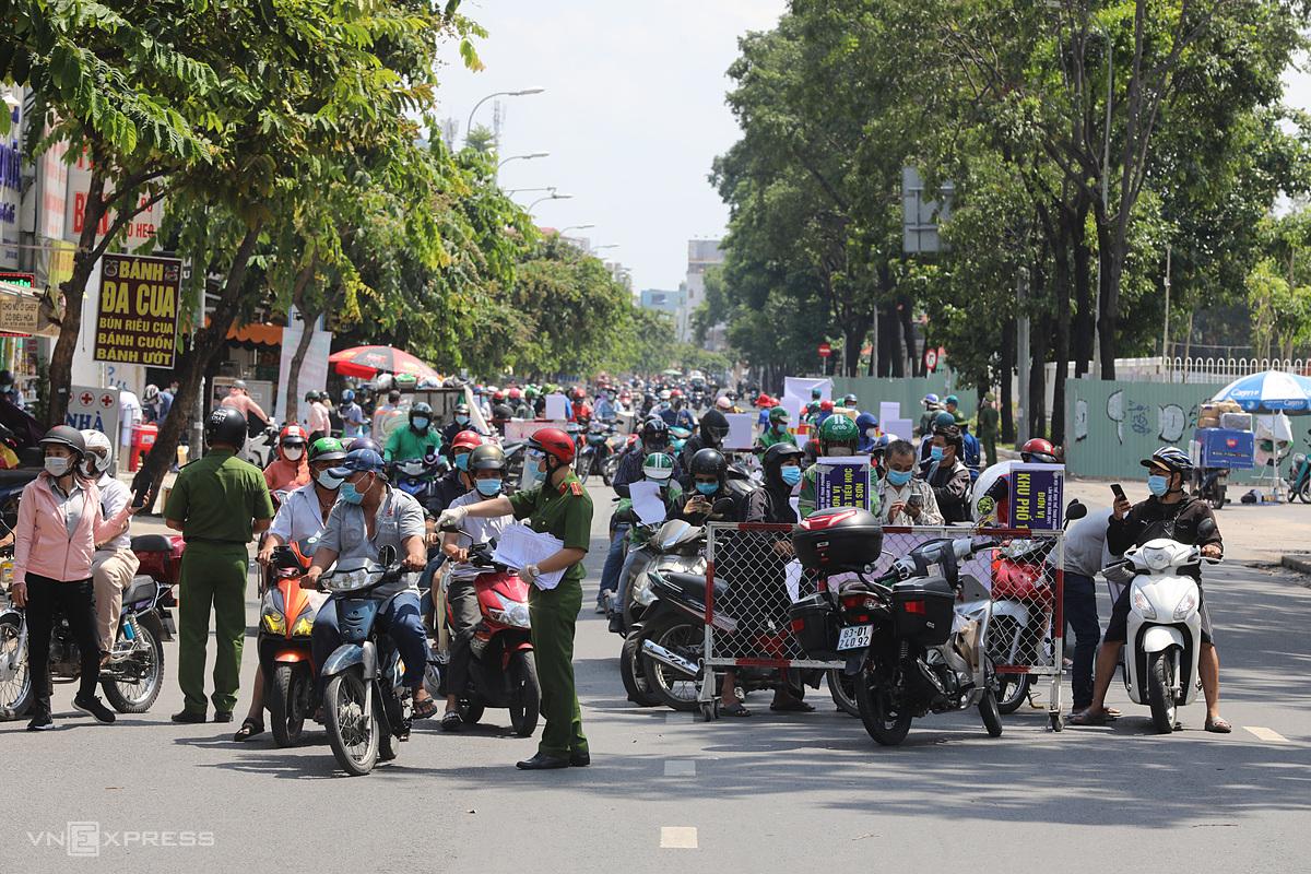 Chốt kiểm soát Covid-19 trên đường Nguyễn Kiệm ở quận Gò Vấp, ngày 3/6. Ảnh: Quỳnh Trần.