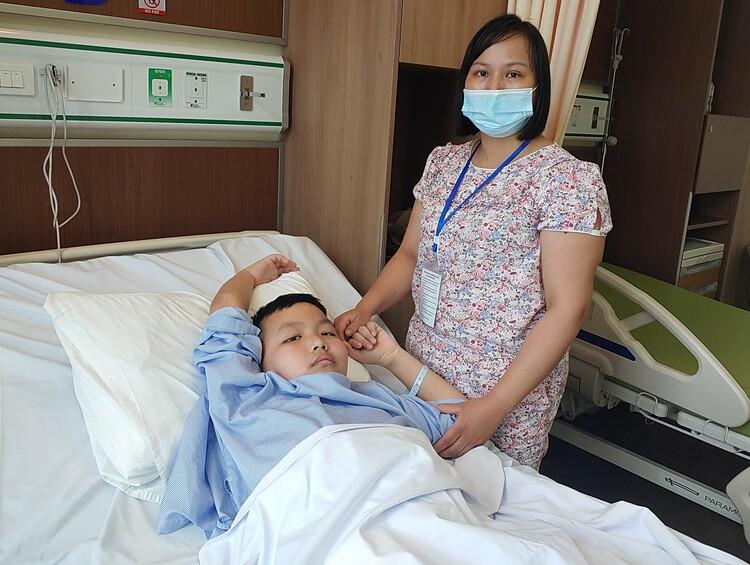 Người mẹ chăm sóc Gia Bảo tại Bệnh viện Tâm Anh. Ảnh: Thúy Quỳnh