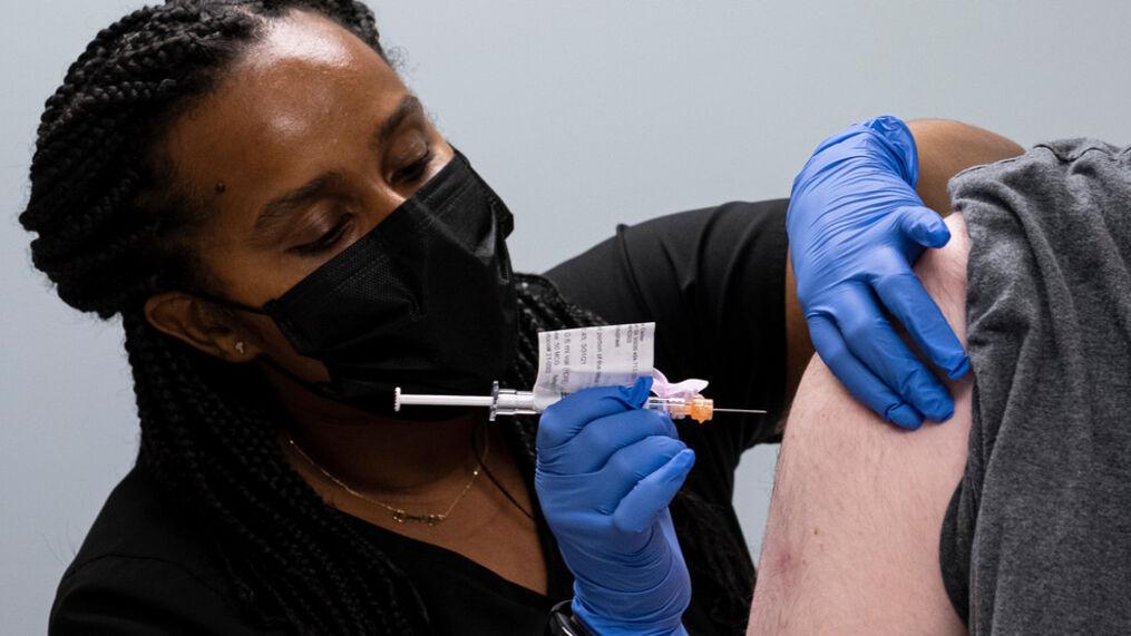 Y tá Tigisty Girmay tiêm thử nghiệm vaccine Moderna chống biến thể virus cho tình nguyện viên tại Hope Clinic, Đại học Emory ở Decatur, Georgia, Mỹ, ngày 31/3. Ảnh: AP.