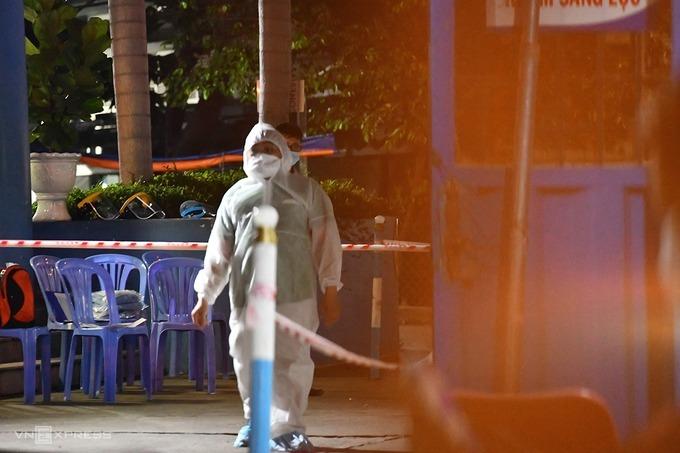 Bệnh viện Nhân dân Gia Định bị hạn chế ra vào để lực lượng y tế khử khuẩn, sau khi phát hiện 3 ca chỉ điểm đầu tiên liên quan ổ dịch Hội thánh Truyền giáo Phục hưng, tối 26/5. Ảnh: Đình Văn.