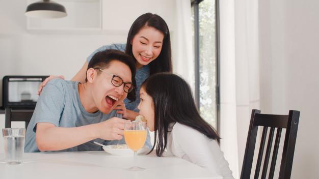 Cha mẹ sẵn sàng chiều con ăn các thức ăn nhiều năng lượng, uống nước ngọt công nghiệp cũng là một nguyên nhân khiến tỷ lệ trẻ béo phì thừa cân tăng nhanh.